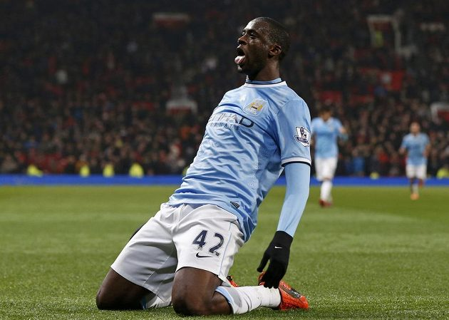 Yaya Touré z Manchesteru City se raduje na Old Trafford z gólu proti United.