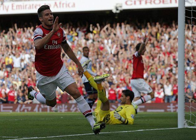 Olivier Giroud z Arsenalu se raduje ze své branky do sítě Tottenhamu. V pozadí Tomáš Rosický
