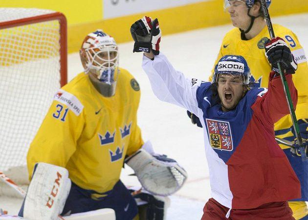 Martin Zaťovič se raduje z gólu. Vlevo švédský brankář Anders Nilsson, vzadu obránce Tre Kronor Erik Gustafsson.