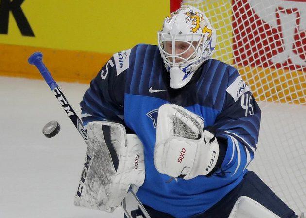 Finský brankář Jussi Olkinuora v akci.