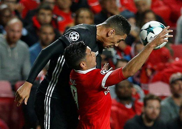 Fotbalista Manchesteru United Chris Smalling v souboji o míč s Raúlem Jimenezem z Benfiky Lisabon v utkání Ligy mistrů.
