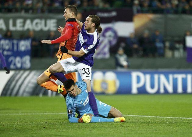 Útočník AS Řím Edin Džeko (vlevo) střílí gól v zápase s Austrií Vídeň.