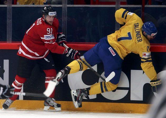 Kanadský útočník Steven Stamkos (vlevo) bojuje o puk se švédským obráncem Henrikem Tallinderem.