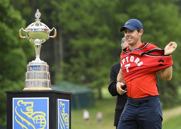Golfista Rory McIlroy si po triumfu na turnaji Canadian Open oblékl dres basketbalového týmu Toronto Raptors.