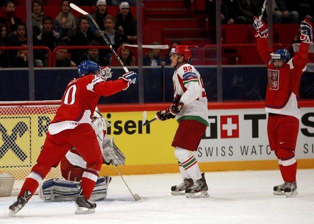 Čeští hokejisté Martin Hanzal (vlevo) a Jiří Tlustý slaví gól Jakuba Voráčka proti Bělorusku. Mezi nimi zklamaný Roman Graborenko.