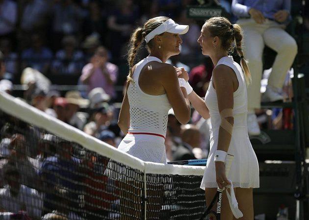 Dvojnásobná šampionka Petra Kvitová se zdraví po utkání s Kristinou Mladenovicovou z Francie.