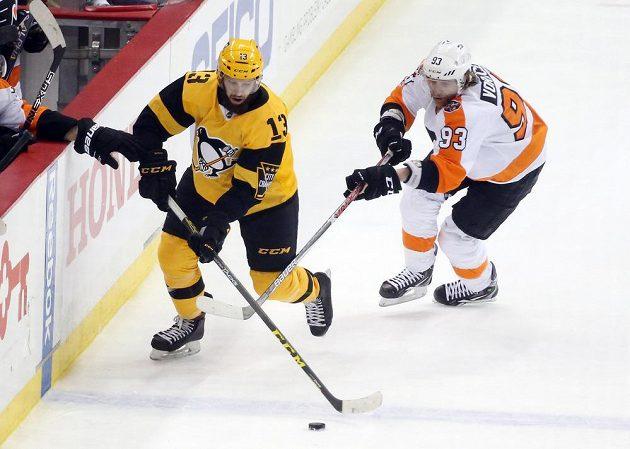 Útočník Philadelphie Flyers Jakub Voráček na ledě Pittsburghu Penguins vstřelil gól, poctivě si plnil ale i obranné povinnosti. V tomto případě se snaží zastavit Nicka Bonina (13).