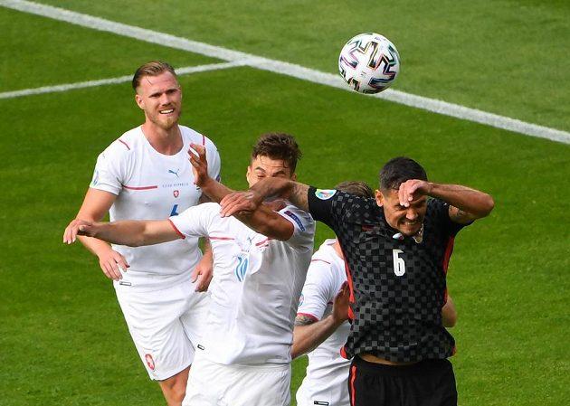 Chorvat Dejan Lovren loktem fauluje Patrika Schicka. Z nařízené penalty český hráč skóroval.