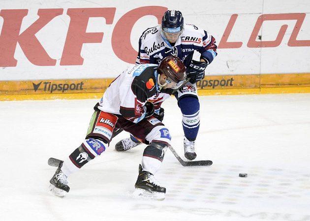 Hokejista Sparty Matúš Sukeľ a Jan Schleiss z Vítkovic.