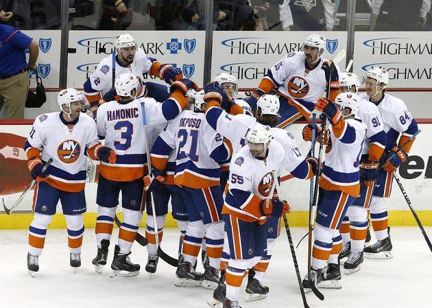 Hokejisté New Yorku Islanders se radují z vítězství na ledě Pittsburghu po rozhodujícím nájezdu Kylea Okposoa (číslo 21).