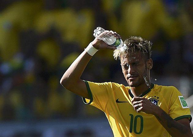 Brazilec Neymar se polévá vodou během osmifinále MS proti Chile.