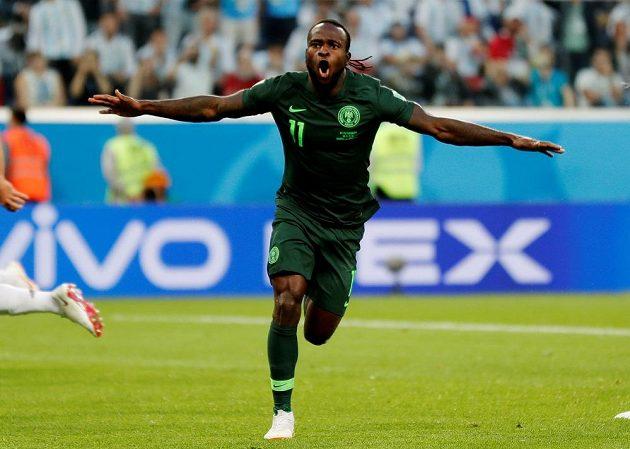 Nigerijec Victor Moses poté, co vyrovnal z penalty proti Argentině.