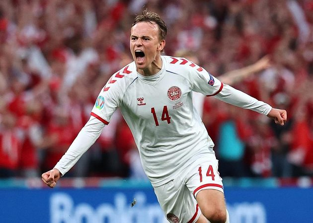 Dán Mikkel Damsgaard se raduje z gólu proti Rusku na EURO.