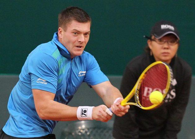 Kazašský tenista Jevgenij Koroljov v utkání proti Lukáši Rosolovi.