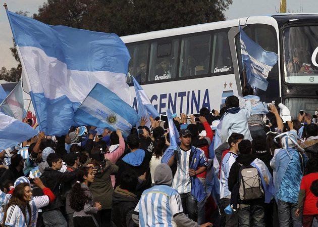 Fanoušci vítají Lionela Messiho a spol.