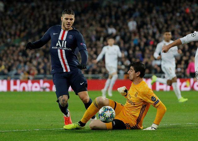 Brankář Realu Madrid Thibaut Courtois a jeho zákrok proti Mauro Icardimu z PSG v utkání Ligy mistrů.