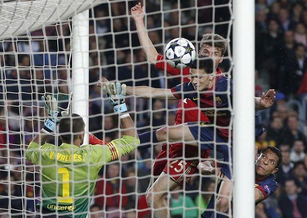 Thomas Müller střílí hlavou třetí gól Bayernu v odvetě semifinále Ligy mistrů proti Barceloně.