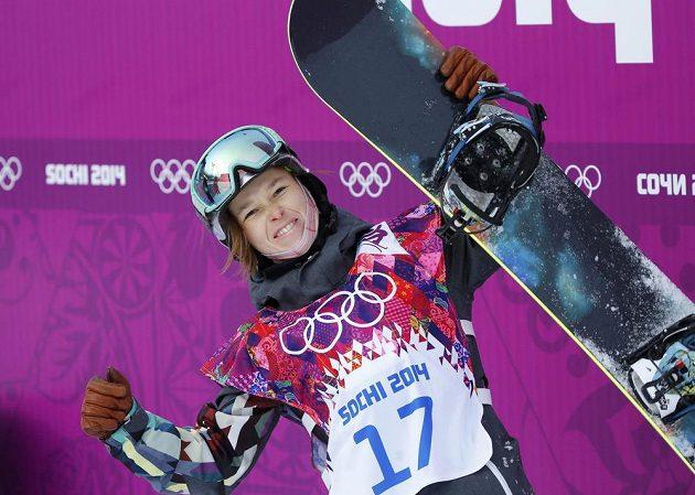Šárka Pančochová se raduje z postupu do finále disciplíny slopestyle v rámci olympijských her v Soči.