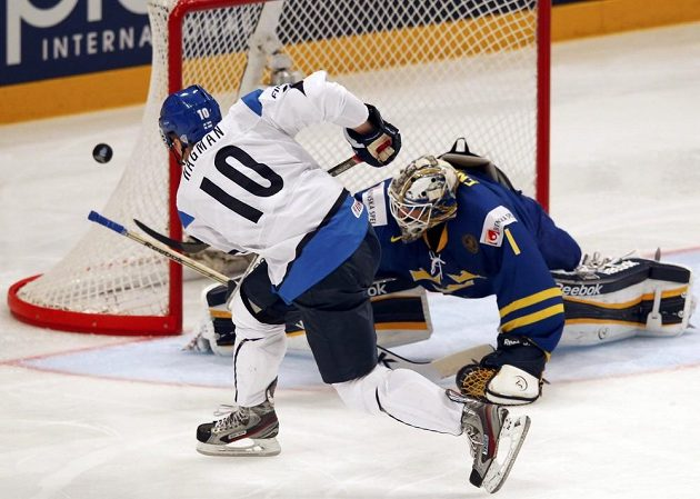 Fin Niklas Hagman v šanci před švédským brankářem Jhonasem Enrothem.