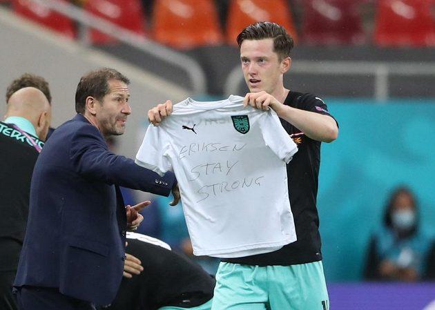 Rakouský střelec Michael Gregoritsch oslavuje svůj gól do sítě Severní Makedonie na EURO. Vzkaz poslal i dánskému reprezentantovi Christianu Eriksenovi, který skončil v sobotu po kolapsu v nemocnici.