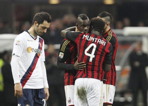 Útočník AC Milán Mario Balotelli (třetí zprava) se raduje se spoluhráči Sulleyem Muntarim a Adilem Ramim z gólu proti Boloni.