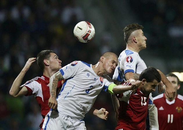 Martin Škrtel (uprostřed) ani Juraj Kucka se při útočné standardní situaci proti běloruské defenzívě neprosadili.
