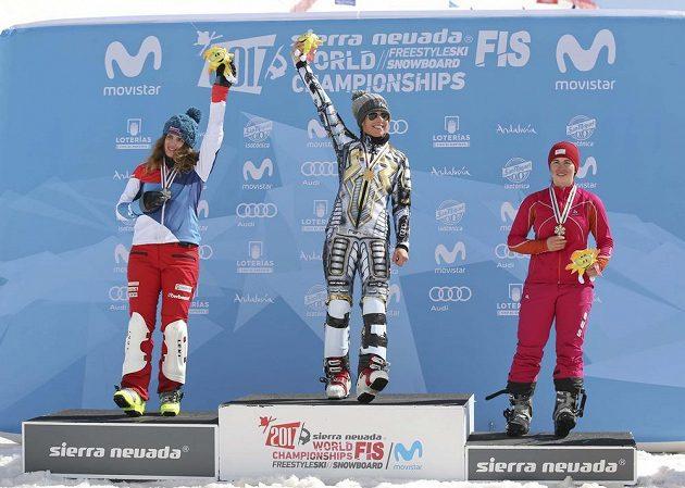 Česká snowboardistka Ester Ledecká vyhrála na MS obří slalom a její radost na stupních vítězů.