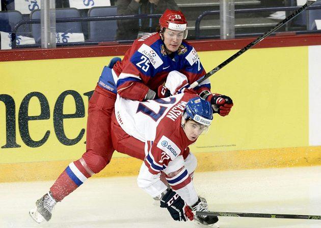 Kapitán české hokejové dvacítky Dominik Mašín (v bílém) v zápase s Ruskem.