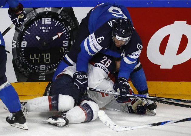 Američan Kevin Hayes dostává naloženo od finského hokejisty Topiho Jaakoly během čtvrtfinále mistrovství světa