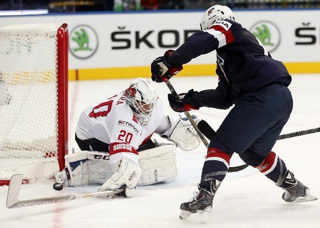 Americký útočník Tim Stapleton (vpravo) se snaží překonat švýcarského brankáře Reta Berru.