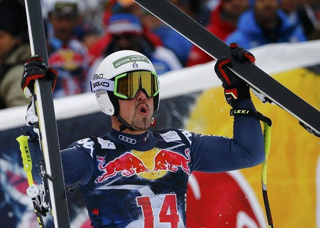 Italský lyžař Peter Fill vyhrál na zkrácené trati slavný sjezd v Kitzbühelu.