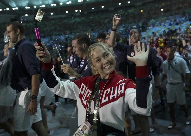 Jedna z účastnic slavnostního nástupu sportovců při zakončení OH v Riu.