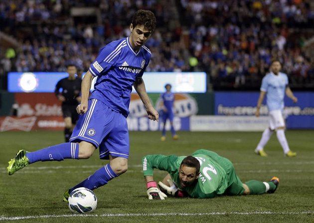 Oscar z Chelsea překonává brankáře Manchesteru City Richarda Wrighta v exhibici v rámci turné obou týmů v USA.