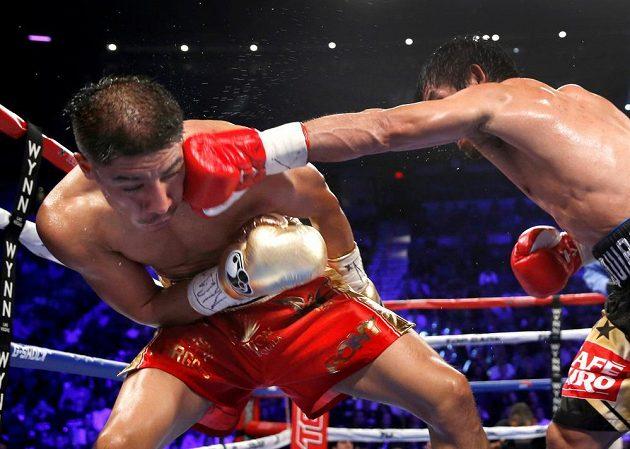 Tvrdá rána Mannyho Pacquiaoa, kterou schytal Jessie Vargas.