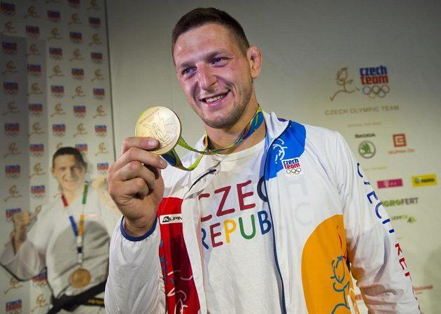 Judista Lukáš Krpálek ukazuje svou zlatou olympijskou medaili.