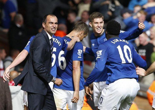 Fotbalisté Evertonu se radují z vyrovnávacího gólu na hřišti Liverpoolu.
