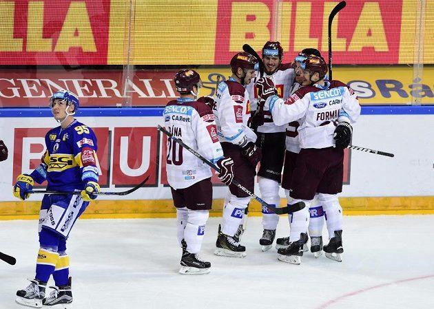 Hokejisté Sparty slaví gól proti Zlínu v zápase 8. kola Tipsport extraligy. Vlevo je obránce Beranů Antonín Bořuta.