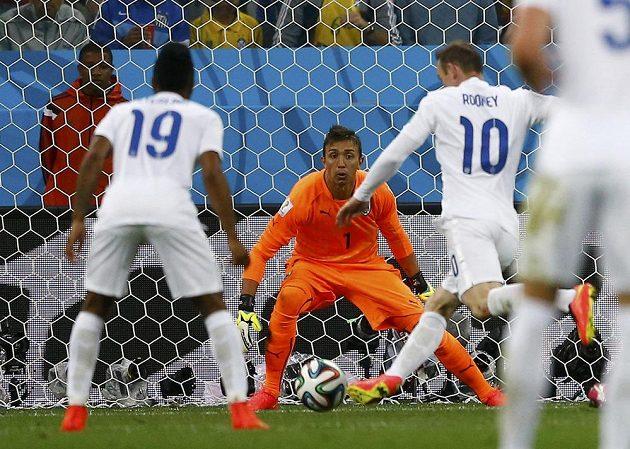 Wayne Rooney (10) uruguayského brankáře Fernanda Musleru ani z téhle šance nepřekonal.