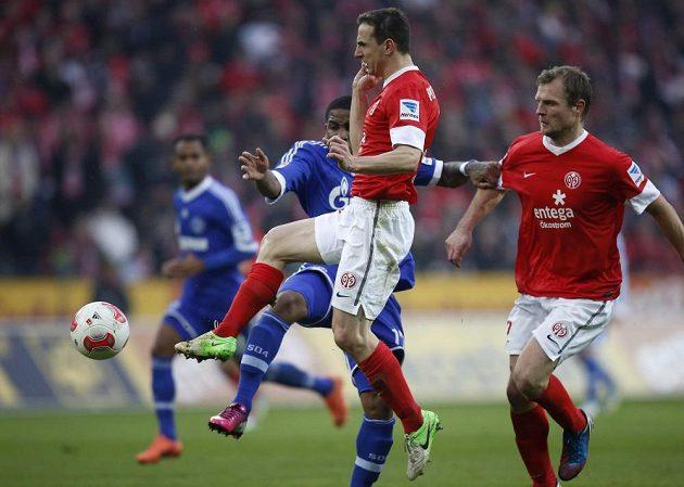 Hráči Mohučwe Bo Svensson (vpravo) a Zdeněk Pospěch (uprostřed) bojují o míč s Jeffersonem Farfánem ze Schalke.