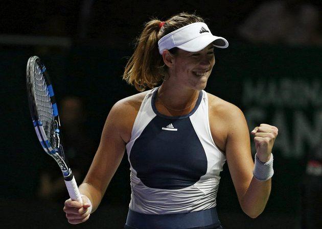 Španělka Garbiňe Muguruzaová se raduje z vítězství nad Lucií Šafářovou na Turnaji mistryň.