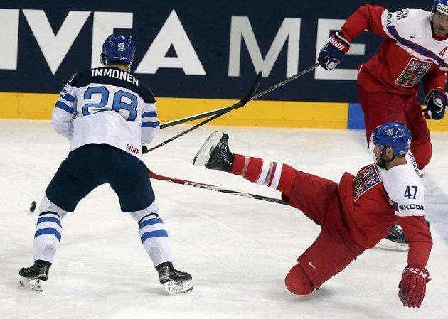 Fin Jarkko Immonen (vlevo) bojuje o puk s padajícím obráncem Michalem Jordánem.