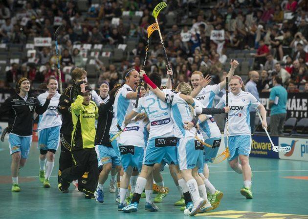 Florbalistky Vítkovic se radují ze vstřelení gólu proti Herbadentu.