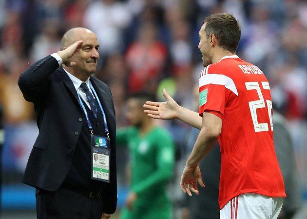 Ruský kouč Stanislav Čerčesov salutuje střelci třetího gólu domácích Artěmu Dzjubovi. Rusko vedlo nad Saúdskou Arábií 3:0.