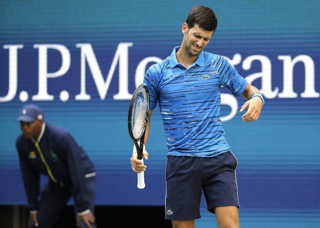 Srbský tenista Novak Djokovič nebyl při úvodním duelu na US Open se vším spokojený, stejně ale vyhrál ve třech setech.