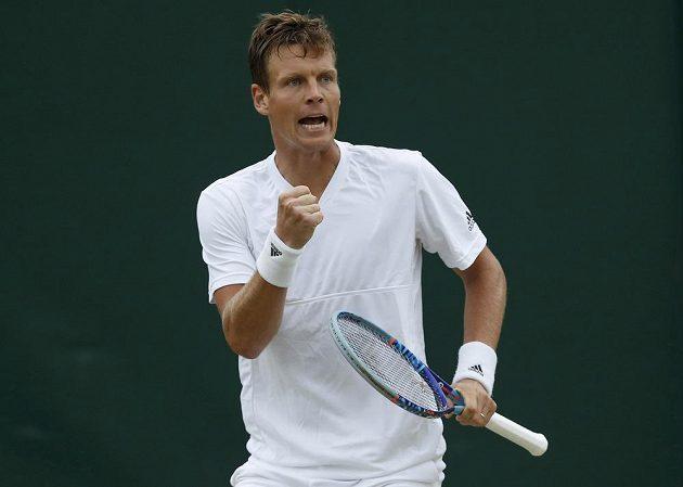 Vítězné gesto Tomáše Berdycha po jedné z výměn s Jiřím Veselým v osmifinále Wimbledonu.