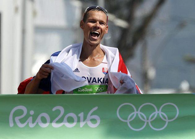 Matej Tóth protíná cílovou pásku, pro Slovensko vybojoval v chůzi na 50 km olympijské zlato.