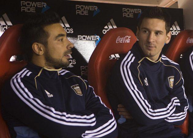 Útočníci Ezequiel Lavezzi (vlevo) a Lionel Messi začali zápas proti Kolumbii jen na lavičce náhradníků.