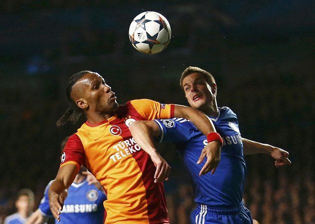 Obránce Chelsea Cesar Azpilicueta (vpravo) a útočník Galatasaraye Didier Drogba v odvetě osmifinále Ligy mistrů.