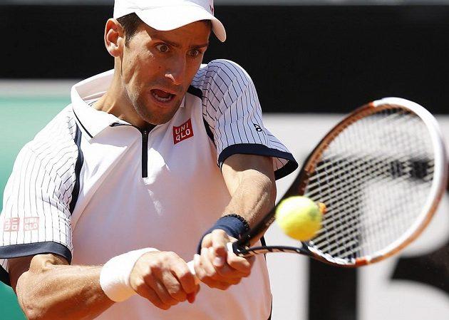 Soustředění Novaka Djokoviče v duelu s Tomášem Berdychem na turnaji v Římě.