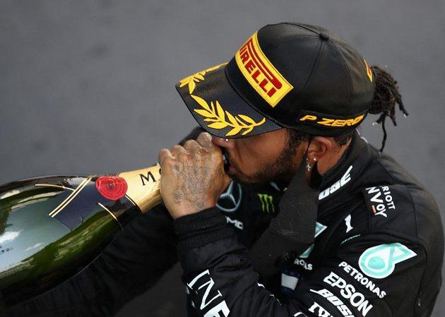 Brit Lewis Hamilton si vychutnává triumf na Velké ceně Španělska.